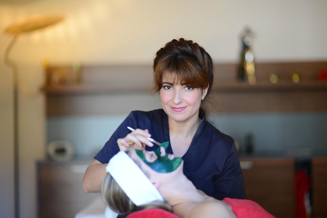Elena Pietschmann bei einer kosmetischen Gesichtsbehandlung in Freiburg Kosmetik-Institut SKIN & BEAUTY